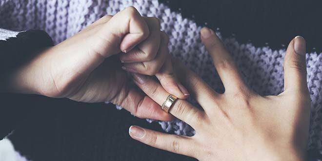 不倫の前に結婚指輪を外す妻