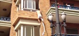 不倫中に旦那が帰宅。3階からカーテンを結んでつくったお手製ロープで窓から脱出する間男。