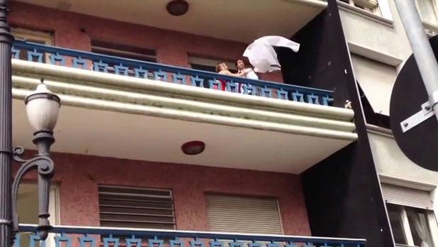 不倫現場に旦那登場。間男が3階の窓から脱出!
