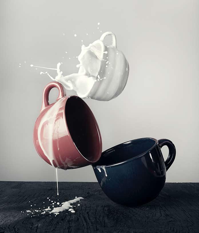 カップにたまったミルクが溢れている
