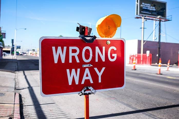 Wrong Way(誤った道)の看板